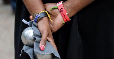 boules de pétanque dans les mains d'une femme
